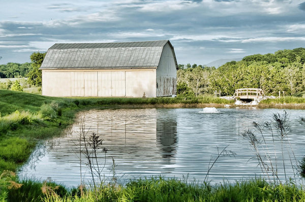 shenandoah-barn-reflection-lara-ellis