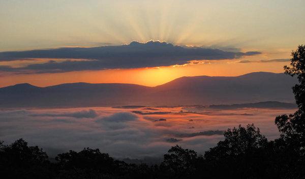 shenandoah-morning-sunrise-fog-lara-ellis